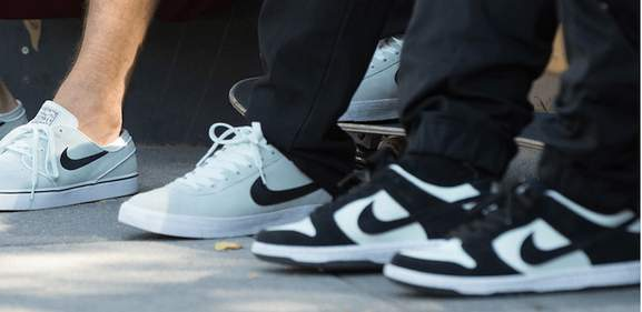 separation shoes 38c87 78e5c people wearing nike sb trainers standing on a street
