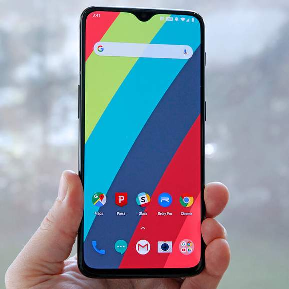 Colourful display on oneplus 6t in hand