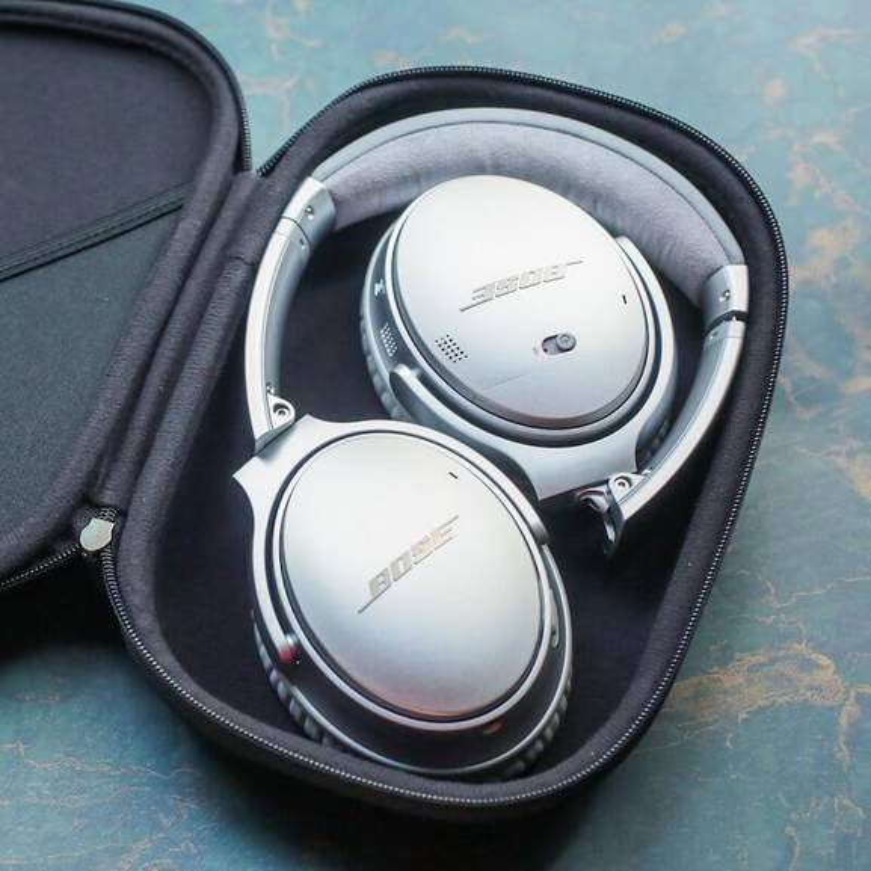 Silver Bose QuietComfort 35 in black case