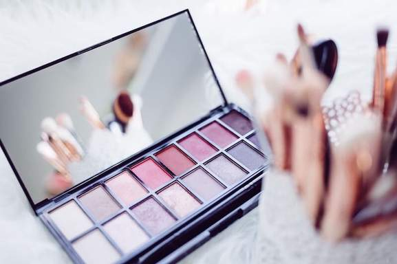 make up mirror and eyeshadow