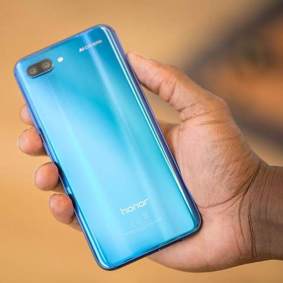 Blue Honor 10 in hand