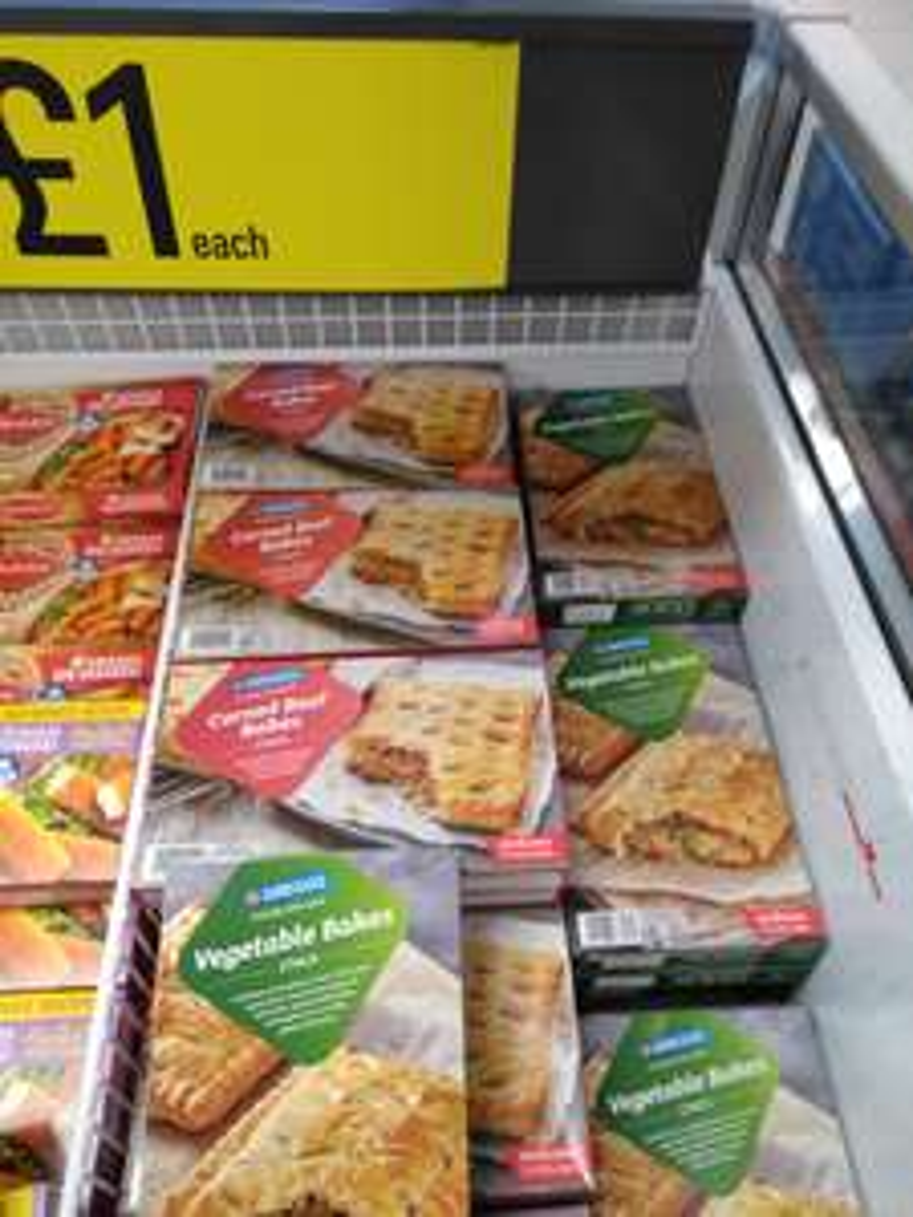 Iceland - Greggs - 2 Vegetable Bakes 310g / 2 Corned Beef Bakes 290g - (Fulham, London)
